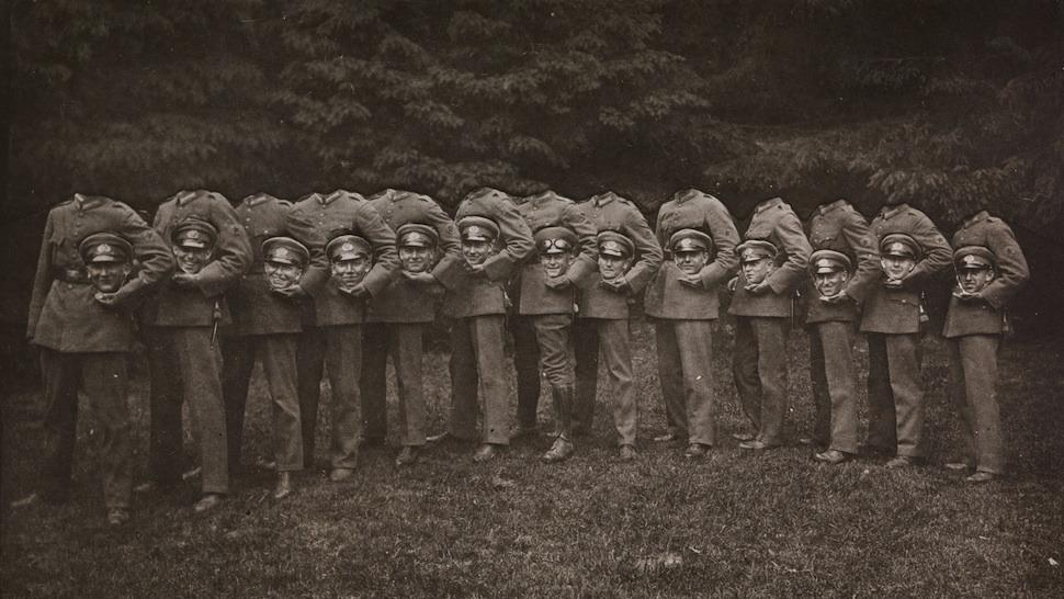 「頭のない男たち」。まだ写真をデジタル加工する技術がなかった時代、写っている人物たちの首をとった写真が流行しました。手作業で切り貼りしてつくり出しました。各々が楽しみながら、自らの創造性を発揮して、首のない人物の写真を完成させました。書肆ゲンシシャでは珍奇な写真集を扱っています。
