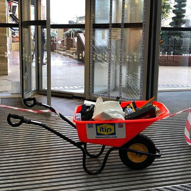 #Wheelbarrows make good spill incident kits.  #peoplesafety #safetyalways #safetyfirst #safetyatwork #HSE #workplace @BritSafe #workright @BritSafe #workright @H_S_E @TheSHEShow1 @HSMmagazinepic.twitter.com/S6ZCOVflRT