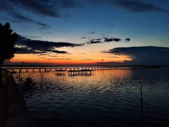 Semplicemente ... LESINA. #Lesina #lake #Gargano #Puglia #Garganoismore #WeAreinPuglia #Puglia365  #cambiaprospettiva #turismo #lifestyle #garganopet  #LagodiLesina #weareingargano #garganolab #igerspuglia #garganolab2_0 #pugliatravel #tiportoinpuglia #pugliailoveyou #tramonto