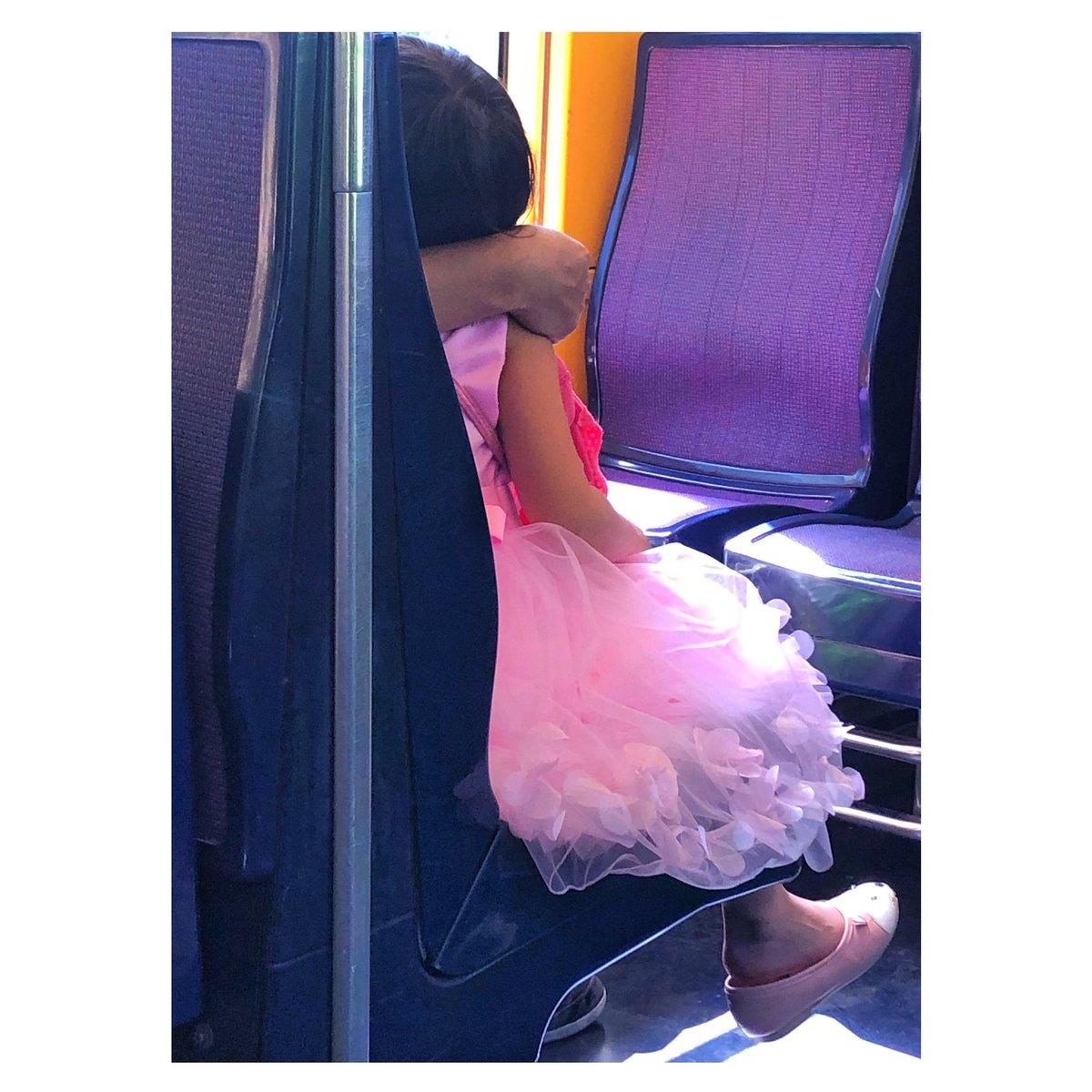 #PinkMood #Thinkpositive voir la vie en rose&œuvrer à ce qu'elle le soit! RER Paris toStRemyLaChevreuse, 1peu de douceur avec cette petite so #Kawaii avec sa panoplie de princesse. 1h de trajet &on se retrouve en pleine #nature pour de magnifiques #rando #lifestyle #parisianlife