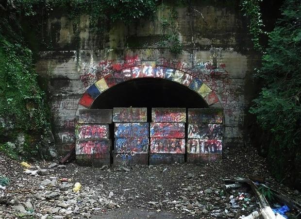 3000RT:【悪質行為】映画の題材になった「旧犬鳴トンネル」 若者たむろが問題に映画公開以降、住民らからの通報が増加。住民は「ごみは10倍、落書きも増えた。夜は近寄れない」と不安を漏らした。
