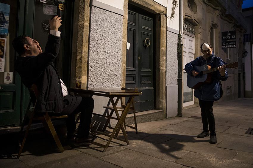 Santiago de Compostela, 15/05/20.- Un músico de rúa, toca nas terrazas permitidas na fase 1 da desescalada. @corralfoto   #imaxecovid #covid19 #covid_19 #coronavirus #galicia #covidphoto #photojournalism #photo #photopress