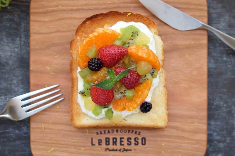 """食パン専門店レブレッソ""""彩りフルーツ""""の夏限定トースト、爽やかなヨーグルトチーズホイップを合わせて -"""