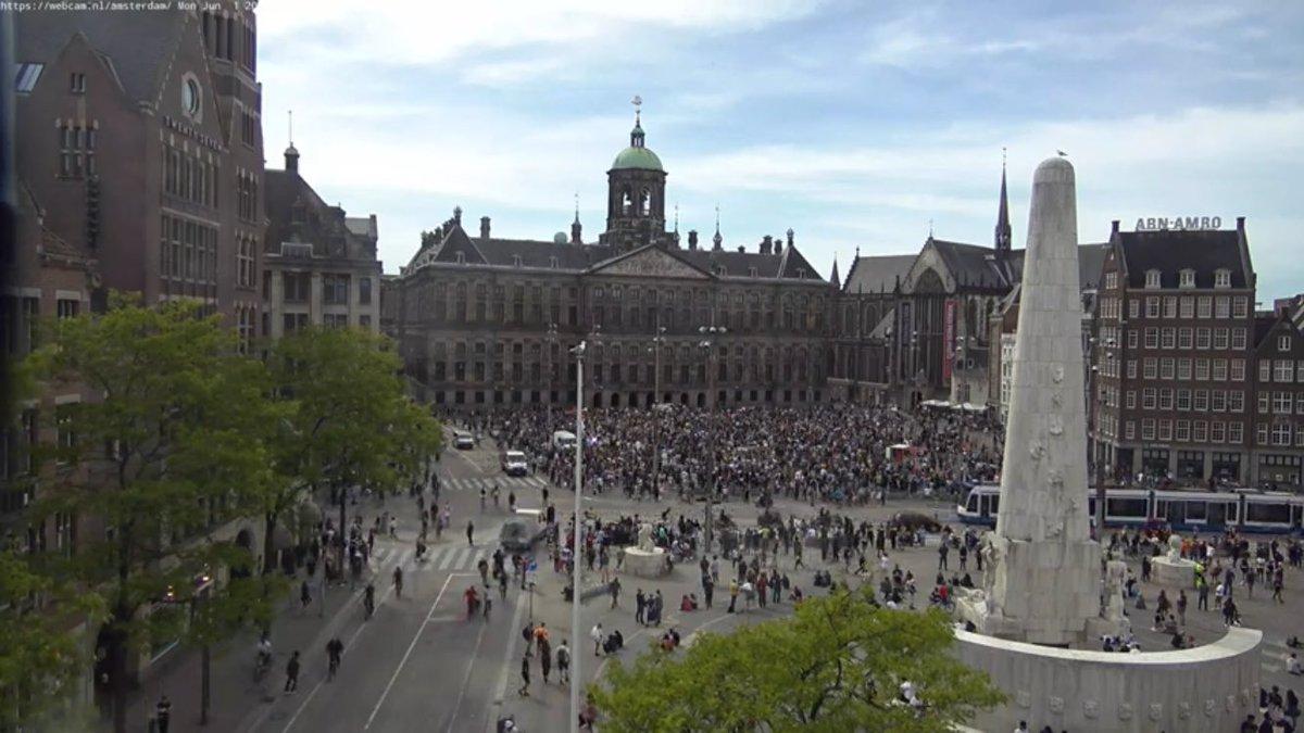 Waar is het waterkanon als je het nodig hebt?! #Amsterdam https://t.co/bvPsRaxCdZ https://t.co/n2I06CXFsA