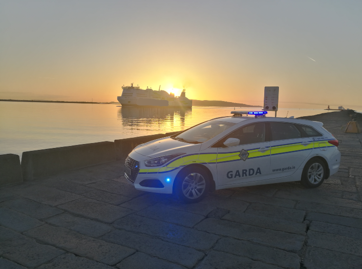 Gardaí in Irishtown snapped this scenic photo of a cruise liner coming into Dublin Port, while conducting proactive patrols at sunrise.   Photo taken at the Great South Wall, Poolbeg, Dublin 4  #SocialDistancing #StayAtHomepic.twitter.com/5uNVnYESfL
