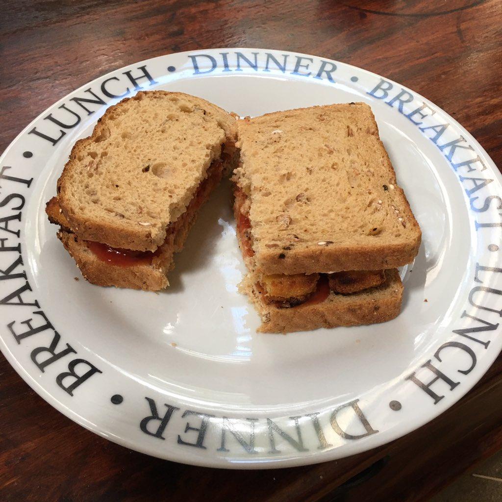 I'm so classy  #fishfinger sandwich  #lunch mayonnaise + ketchup  pic.twitter.com/OgZcEwkWku