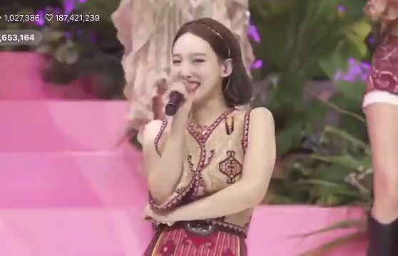 Nayeon rapped for Sweet Summer Day and the members were hyping her up 😆 Welcome back MC Rail @JYPETWICE