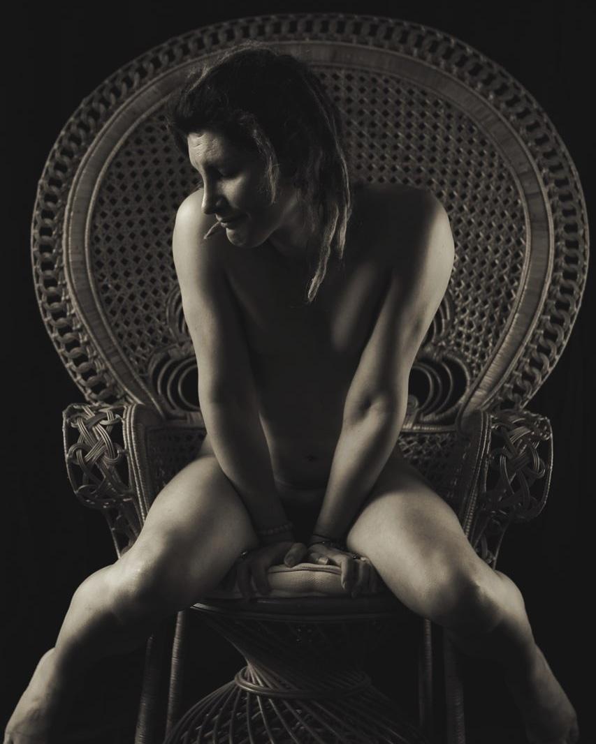 Photo et retouches celine Pivoine #blackandwhitephotography #blackandwhitepics #bwphotography #womanphotography #womanmodel #chair #natural #tattoomodel #dreadlocksmodel #dreadlocks #bodybuilding #bodybuildingmodel  #bodybuildingbikini #nudepicture #nude #nudephotograpypic.twitter.com/vfPgZ7tnQl