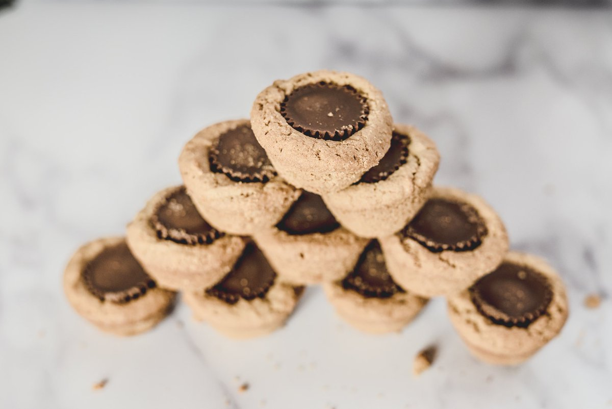 The only thing better than a cup of coffee on Monday Morning is a cup of coffee with a Peanut Butter Cup cookie! #Facts #TinasSweetTreats #GlutenFreepic.twitter.com/6XefQomBD2