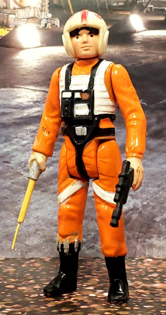 today's #SocialDistancing custom is a telescoping lightsaber Luke Skywalker X-Wing Pilot. had to repaint the entire figure as the paint was super faded replace the head as well with a spare I had in my parts bin. I left the flightsuit somewhat dingy looking to give it a used look https://t.co/uGaUETLETN
