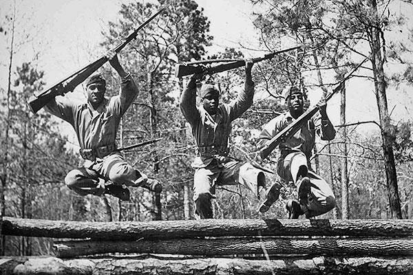 États-Unis: Les premiers soldats recrutés afro-américains pour devenir des Marines reçoivent une formation de base au Camp Montford Point à Jacksonville, en Caroline du Nord. https://t.co/VGsi79dywU