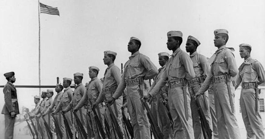 """États-Unis: Le recrutement des """"Montford Marines"""" débute. Des milliers d'hommes afro-américains, désireux de servir dans le corps des Marines, affluent vers les bureaux de recrutement. https://t.co/XEubrgCUY2"""