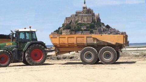 Le Mont Saint Michel quitte la #Normandie pour la #Bretagne!!!  A la place des omelettes de la Mère Poulard qui coûtent un bras, les Bretons vont vendent des galettes-saucisses.  Parce que c'est meilleur !!!  #gwennHaDu #1Juin #LundiDePentecôte https://t.co/VL6GQSCpgm