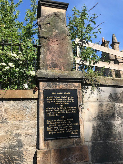 My #FiveInFive (really #FiveInOne) 1. The Bore Stone, Morningside Road 2. St Oswalds Church, Montpelier Park 3. Edinburgh Castle Gatehouse, ft. Wallace & Bruce 4. Polwarth Parish Church & commemorative peace garden 5. Wester Craiglockhart Hill (not pictured b/c space) twitter.com/HistEnvScot/st…