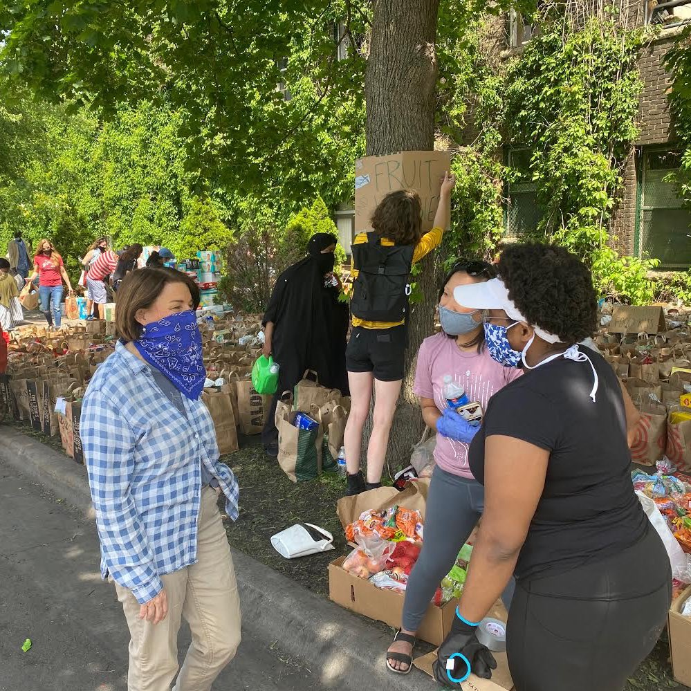 The outpouring of support in our community for George Floyd's family, as well as each other, is with us every day.   Yesterday John & I joined many in donating food. People are cleaning up & helping those in need.   This is the heart of Minnesota, coming together for justice. https://t.co/LtMnRZarhe