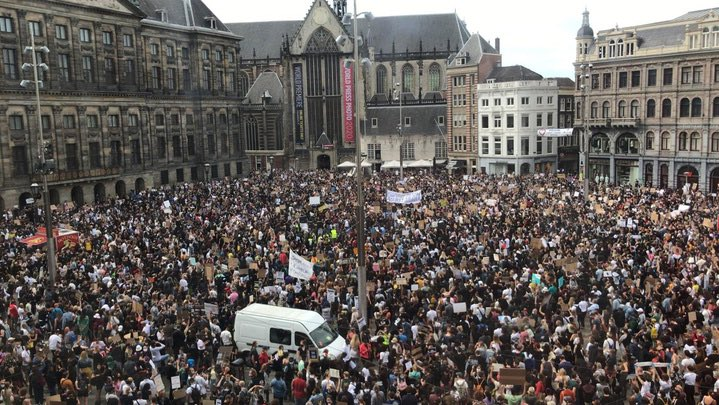 We kept our #socialdistance since March 15, that's 11 weeks. No problem, we know why we're doing it. But on the day the terraces reopened with strict rules regarding the 5 ft distance, this is happening in #Amsterdam. Next week they'll be clapping for medical staff again......pic.twitter.com/GJVu8ojUBt