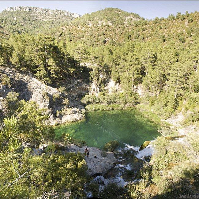 En el corazón del Parque Natural del Alto Tajo podemos encontrar este salto de agua provocado por una antigua presa abandonada que es uno de los lugares más bonitos del Alto Tajo #presumiendodeGuadalajara #Guadalajaramola https://t.co/Ij018l8lZ0