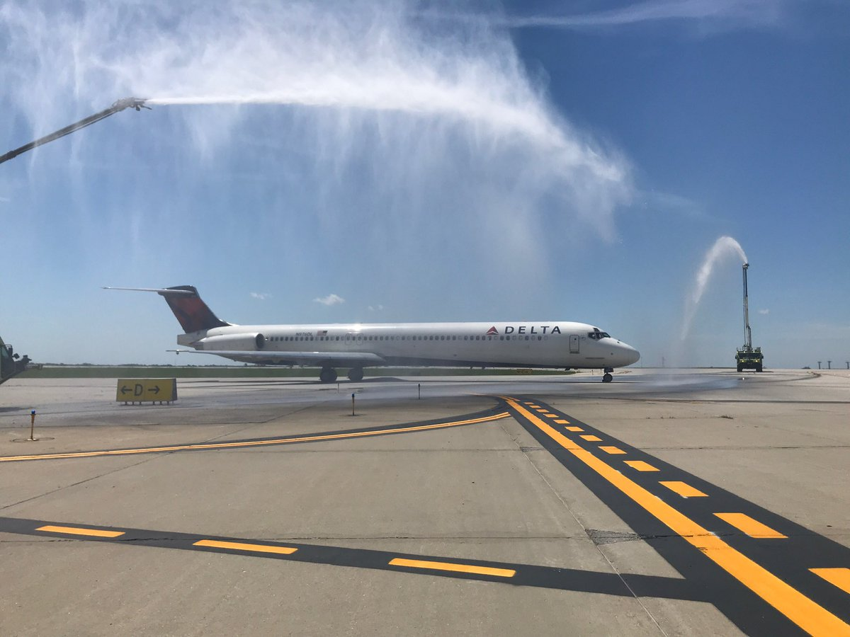 The last revenue flight of @Delta MD-88 N976DL departed #KC in style with a @KCMOFireDept Aircraft Rescue & Fire Fighting #ARFF Water Salute as the airline retires the aircraft type. #airporttwitter #avgeek #MD88 https://t.co/SoivL8QGhS