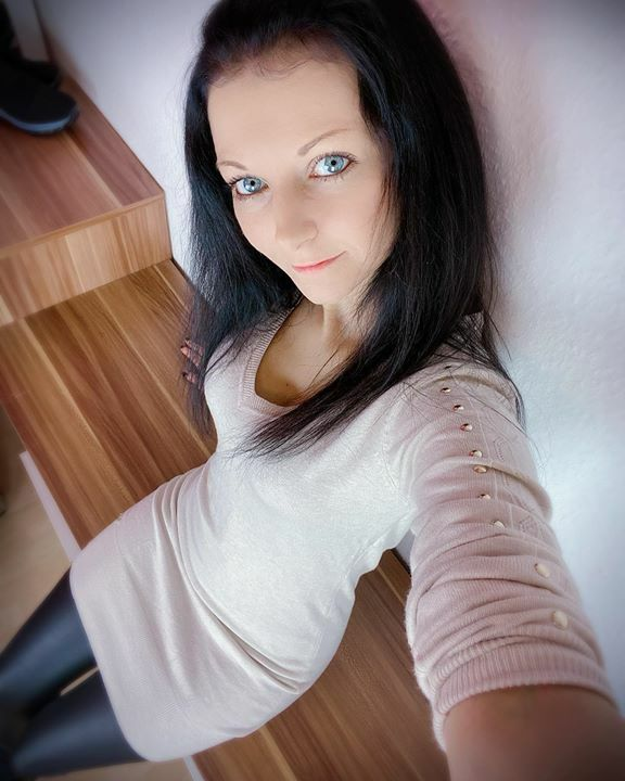 Schönen Start in die neue Woche  #lailabanx #blueeyedgirl #blueeyes #blaueaugen #germangirl #leggings #cute #blackhair #followmepic.twitter.com/GD8EGzS3HA