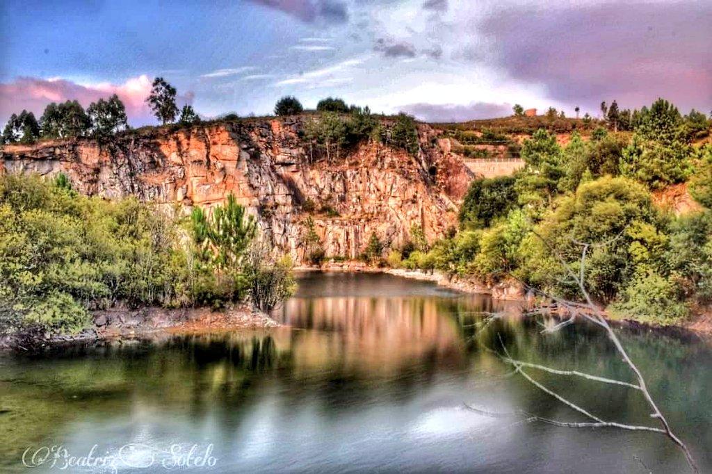 La Laguna de Pedras Miudas es un claro ejemplo de como la naturaleza se abre paso y forma auténticos paraisos hasta en lugares castigados por el ser humano como este. Laguna de #PedrasMiudas #Catoira #RíasBaixas #Galicia #VisitaGalicia #Spain #VisitSpain