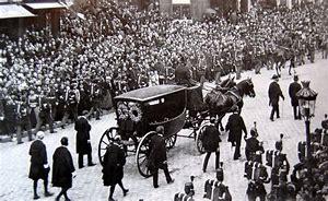 Aux obsèques de #VictorHugo, le #1erJuin 1885, le peuple de Paris croyait enterrer le XIXè siècle sans imaginer qu'il vivrait encore près de trente ans avant de s'éteindre à Sarajevo en juin 1914. https://t.co/iDFhv9nTWY