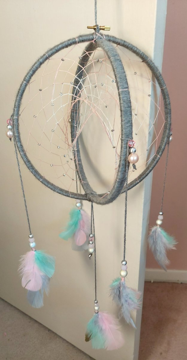 Its finished! And I love it so much! #dreamcatcher #handmade pic.twitter.com/a7ChJNoTuz