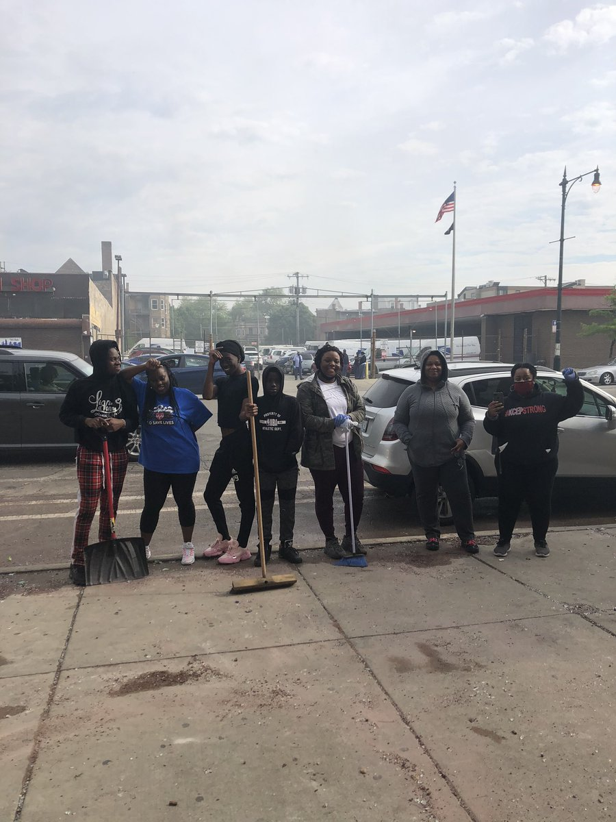 community showed up this morning to clean up the neighborhood. if you're looking for a way to help, local businesses in black & brown communities could use it.  #chicago #blacklivesmatterchicago #actionnow #chicagoprotests #localbusinesses pic.twitter.com/hKbZjyABMs