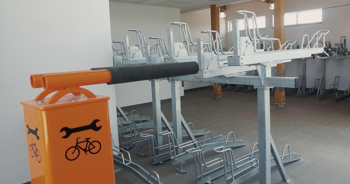[Vélostation] 🚲 Une nouvelle vélostation est disponible au terminus Terrebonne! Son stationnement intérieur destiné aux cyclistes permettra d'accueillir jusqu'à 59 vélos, qui seront protégés des intempéries.  Pour vous inscrire à la vélostation:  👉 https://t.co/LUDV3xWS78 https://t.co/wB41EGHYTV