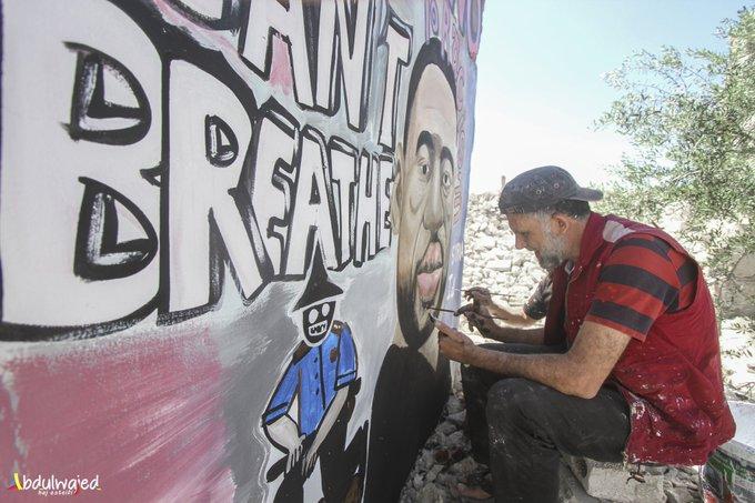 Dos pintores sirios mostraron su solidaridad con George Floyd a través de un mural sobre las ruinas de una casa destruida en Idlib. Son Aziz Asmar y Anis Hamdoun.