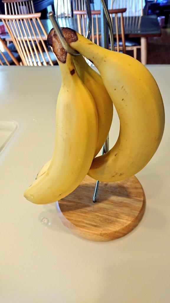 バナナは買ってすぐ50度のお湯に5分つけて、その後一時間ほど冷ますと冷蔵庫にいれても皮が黒くならず美味しさも保たれます。私はめんどくさがりなので給湯温度を55度にしてお湯を出してつけます。これは冷ましてるとこ。