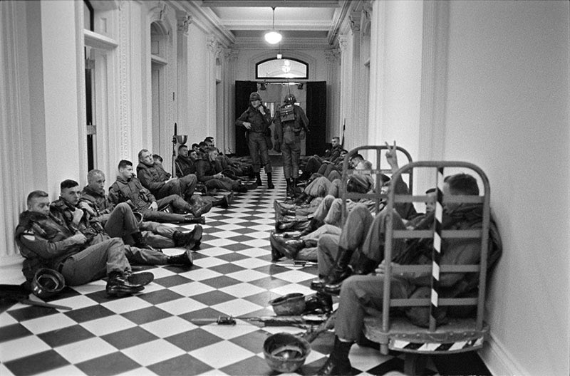 On May 9, 1970, up to 100,000 people demonstrated outside the White House in protest of the Vietnam War & Kent State shootings. These are images of National Guardmen chilling in the EOB hallways. You don't trot out a riot squad unless you're hoping for a riot. #whitehouseprotest