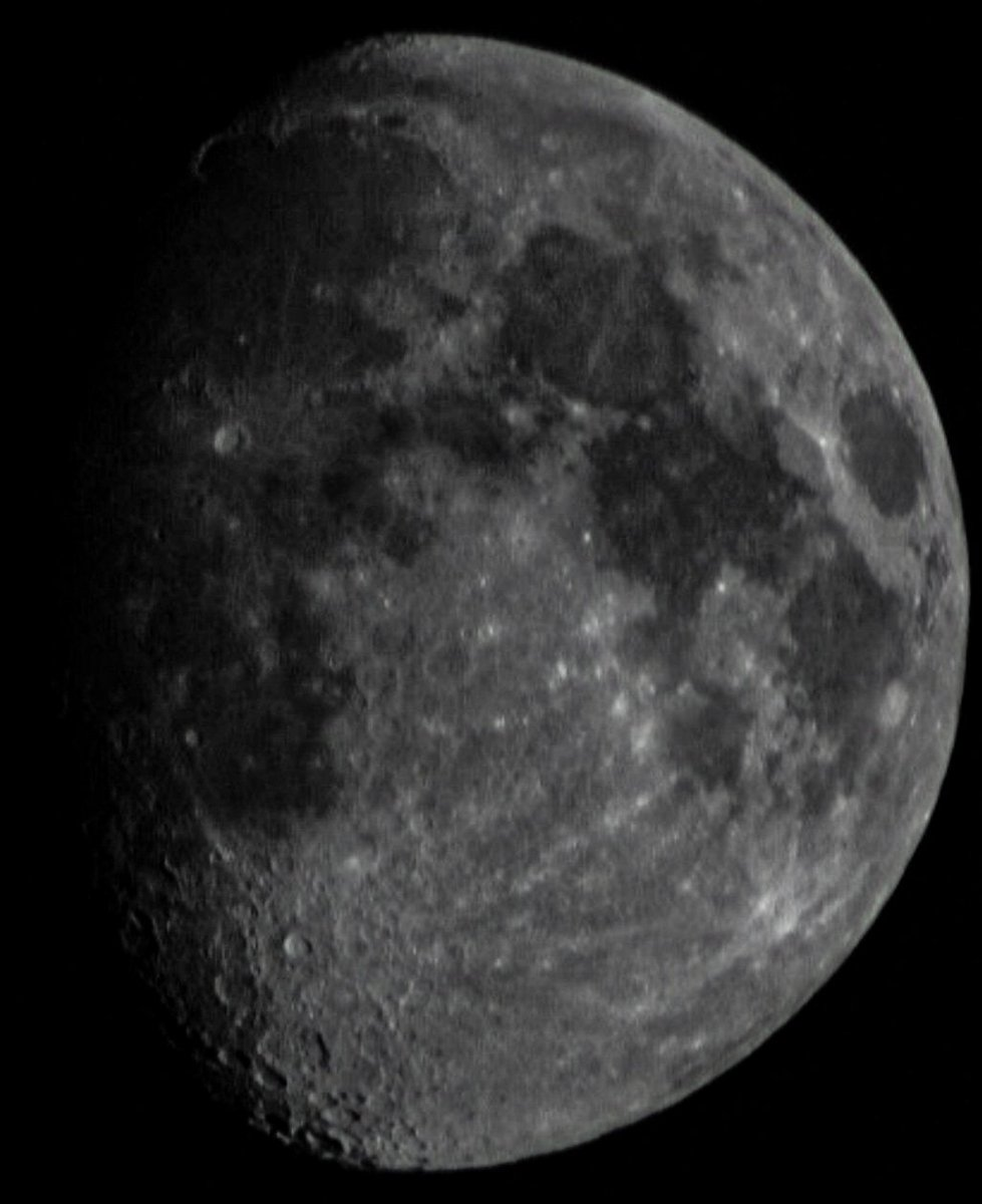 Just practising my #moonshots tonight with my #canoncamera #canonphotography not a bad picture, hand held no tripod.pic.twitter.com/c7g3DbtSPD