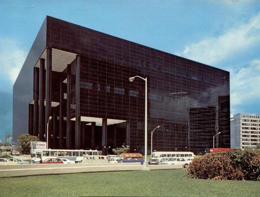 """En el año 1978 se inaugura el Centro Banaven, también conocido como """"El Cubo Negro"""" su anteproyecto fue elaborado por la firma estadounidense Johnson & Burgee de New York, en Venezuela el proyecto fue desarrollado por los arquitectos Carlos Gómez, Eduardo Gómez y Jorge Landi."""