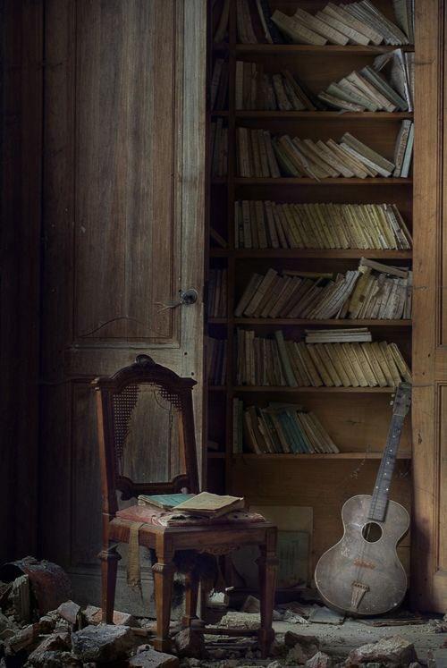 En çok şiirlerde ağlardı eşyalar. Eski sandalyeler en iyi şiirde gıcırdardı...  Didem Madak  #didemmadak  #EvdeKal