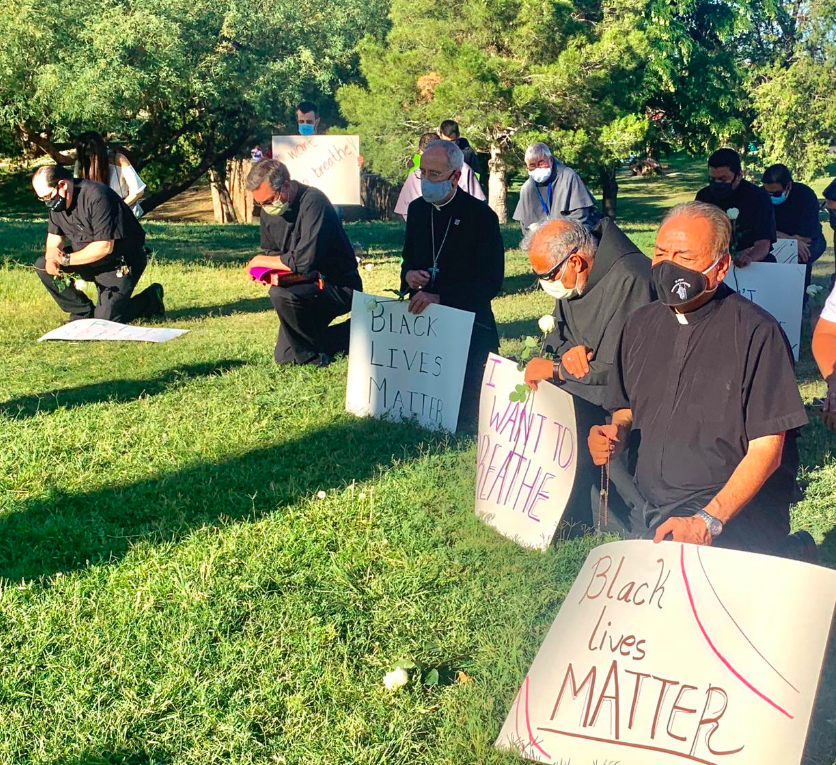 The first Catholic bishop to do so, @BishopSeitz, surrounded by his #ElPaso clergy, takes a knee to lead #nineminutes of silence to remember #GeorgeFloyd and pray for peace and justice.  #BlackLivesMatter  #ICantBreathe<br>http://pic.twitter.com/x8da0fhIft