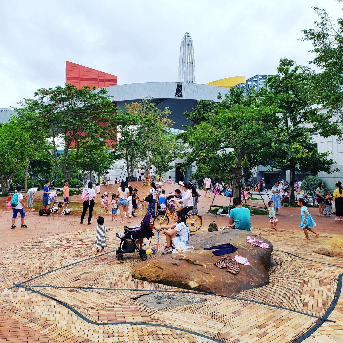 A Happy Children's Day in Shenzhen yesterday with a lot of children playing outside and in the malls. Today, many kindergartens are opened again welcoming the youngest students back after a nearly 5 months long holiday.  #children #childrensday #happy #kids #backtoschool #COVID19
