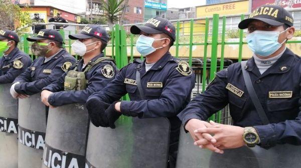#Perú | Defensoría del Pueblo, solicitó al Gobierno que se ayude a policías contagiados por la Covid-19 →http://go.shr.lc/2XoVQ9L  188 agentes se han contagiado desde el surgimiento del brotepic.twitter.com/q4s3byRljk