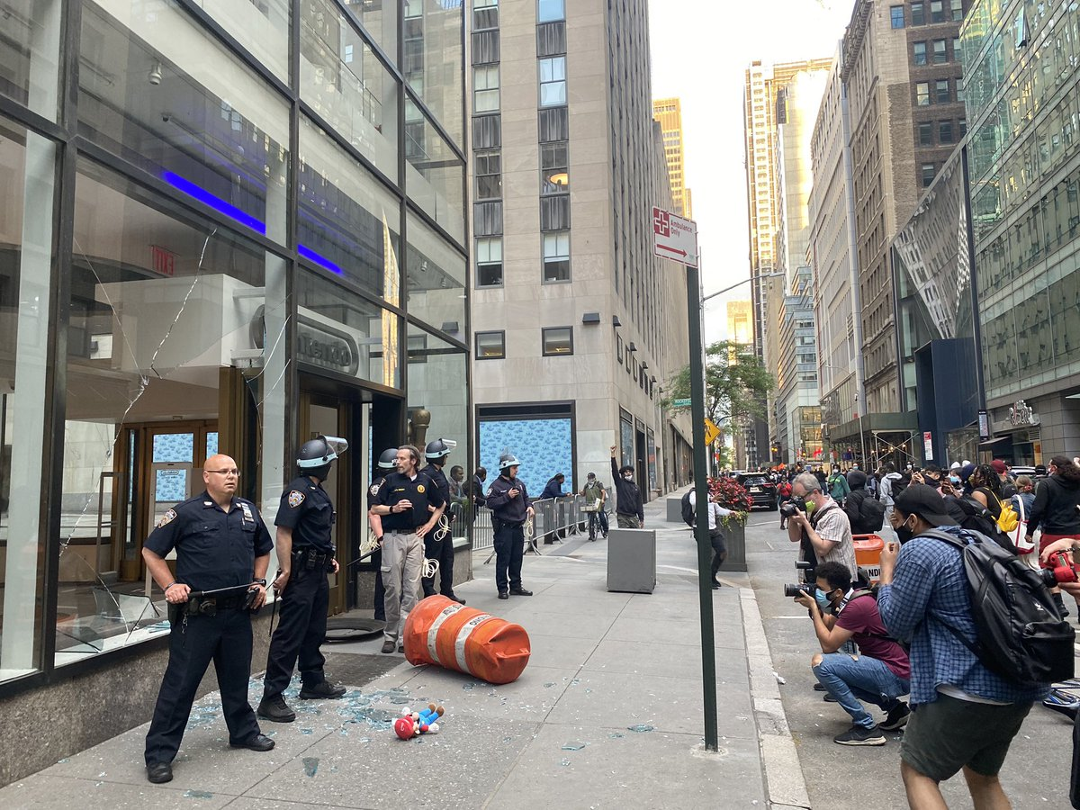 ニューヨークにある任天堂の直営店もデモで窓ガラスが割られた模様。犠牲者の姿が映り込んでいます