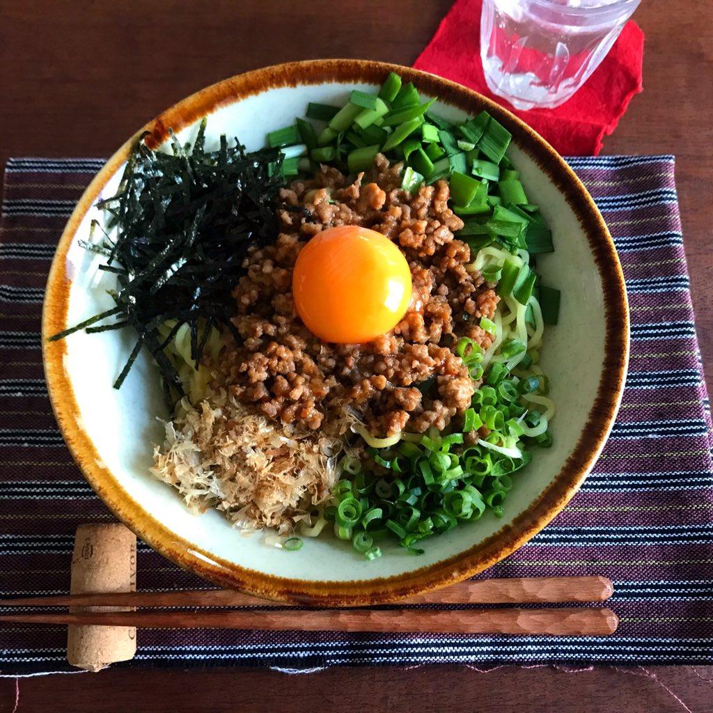【めっちゃ簡単‼️台湾混ぜそば】ミンチはレンジで1発‼️魚粉はかつお節で代用(無ければ顆粒だしの素をサッと振っても)辛めの濃い味ミンチに卵、薬味をたっぷり絡めて食べると止まりません。なかなか外食に行けないかた、良かったら作ってみて下さい(豆板醤は好みで増減を!結構辛いです)