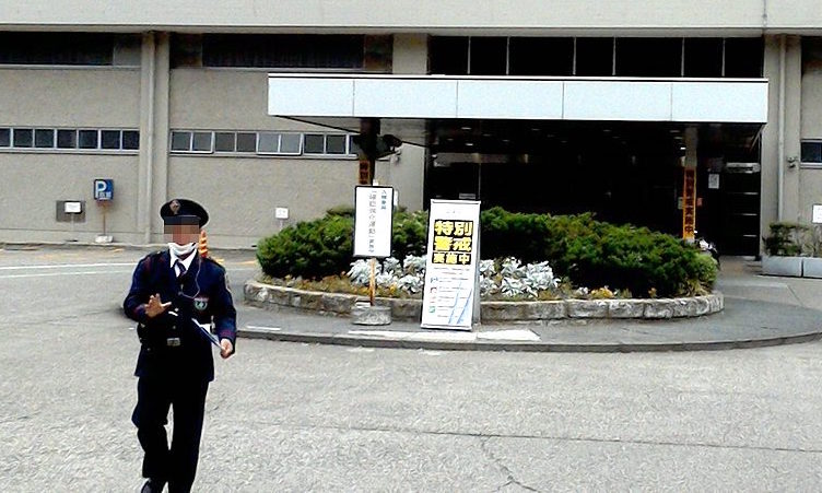 NHKふれあいセンター玄関を撮っていたら、警備員がすぐに来て撮影をやめるよう言われました。公共放送を自称してるNHKの建物は自称公共物のはず、それを撮るなっておかしいのでは。NHKに対する一般人の嫌悪感や憎悪にビクついて特別警戒してんですね、きっと。