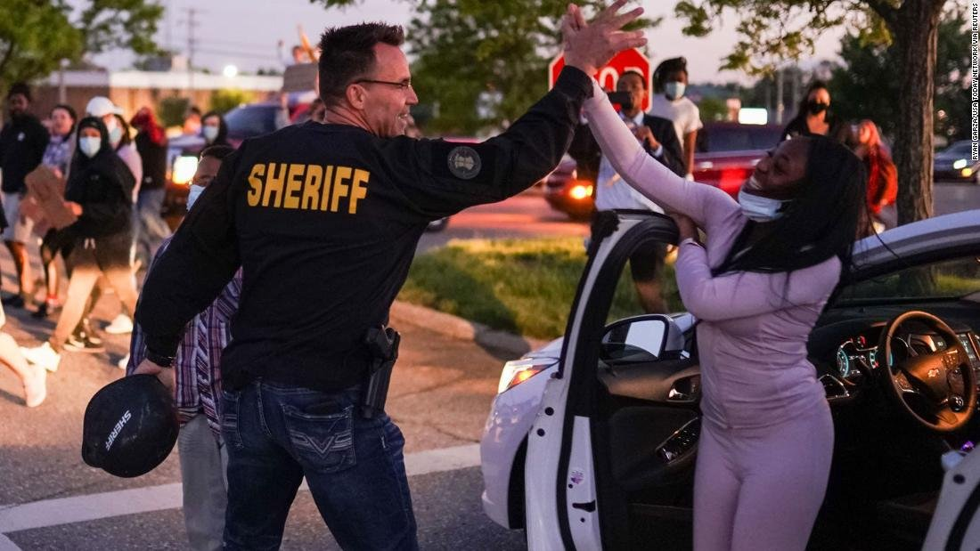 """A sheriff joined a protest in Flint, Michigan, after speaking with demonstrators who were met by police officers in riot gear.  """"You got to listen to the people and walk with them,"""" Genesee County Sheriff Chris Swanson says. https://t.co/aqLToFhKIM https://t.co/MiZvDBPWs0"""