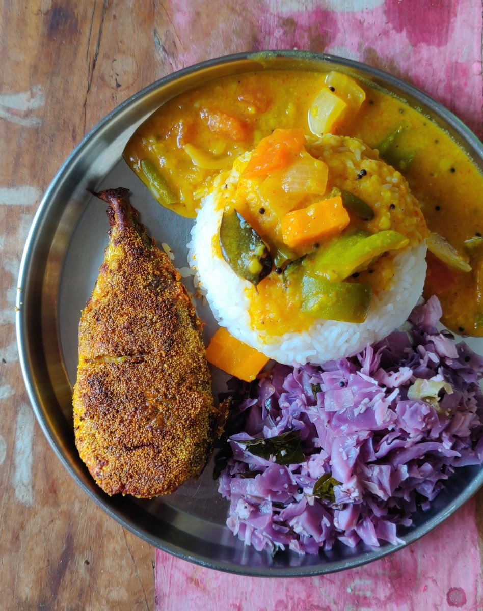 Comfort food 101 - sambar, cabbage poriyal and fish fry. Can eat this meal everyday. #QuarantineLife pic.twitter.com/3Q1S1BfLuU