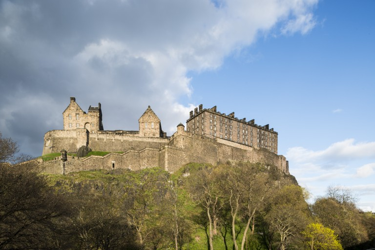 The New Barracks at @edinburghcastle caused a bit of a stooshy when they were built back in the 1790s. The latest blog from Edinburgh Castle takes a look at how this Edinburgh icon transformed into the fortress we know today ow.ly/Wwza50zTKSc
