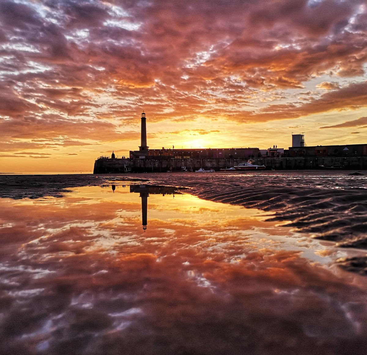 Wow, what a reflection! The texture of the clouds is so clear in the water, you can turn this picture around a few times and be tricked as to what's real! Andy Hillier shot this at Margate. #PhotoOfTheDay pic.twitter.com/EnI1vDmJmn