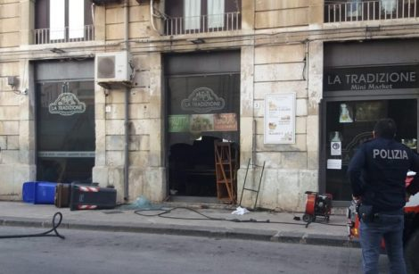 Notte di inferno a Siracusa, incendiato un mini market, fiamme a due auto ed uno scooter - https://t.co/WedIhXGq0a #blogsicilianotizie