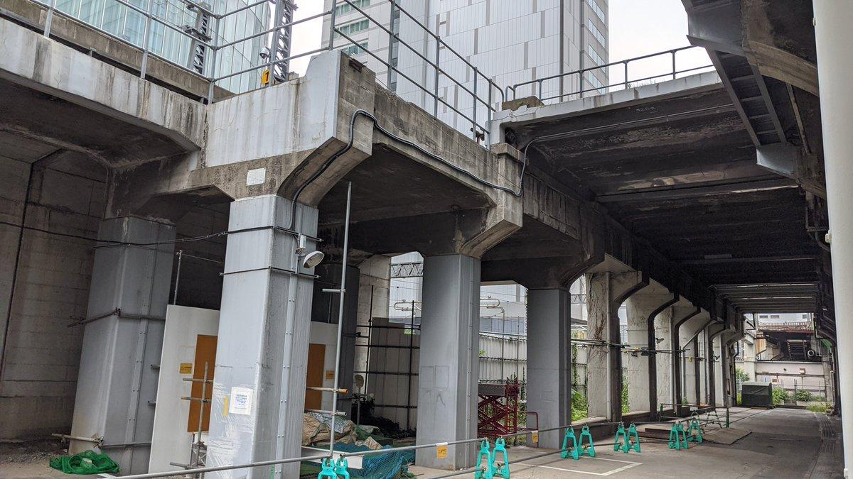 左半分が秋葉原駅の電留線、右端の高架が上野東京ラインです。中央は秋葉原貨物駅ホームの遺構ではないかと思います。