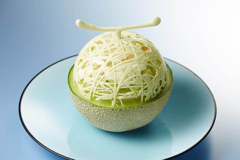 メロンが器の贅沢かき氷、杏仁アイスやアロエをトッピング - シャングリ・ラ・ホテル 東京で -