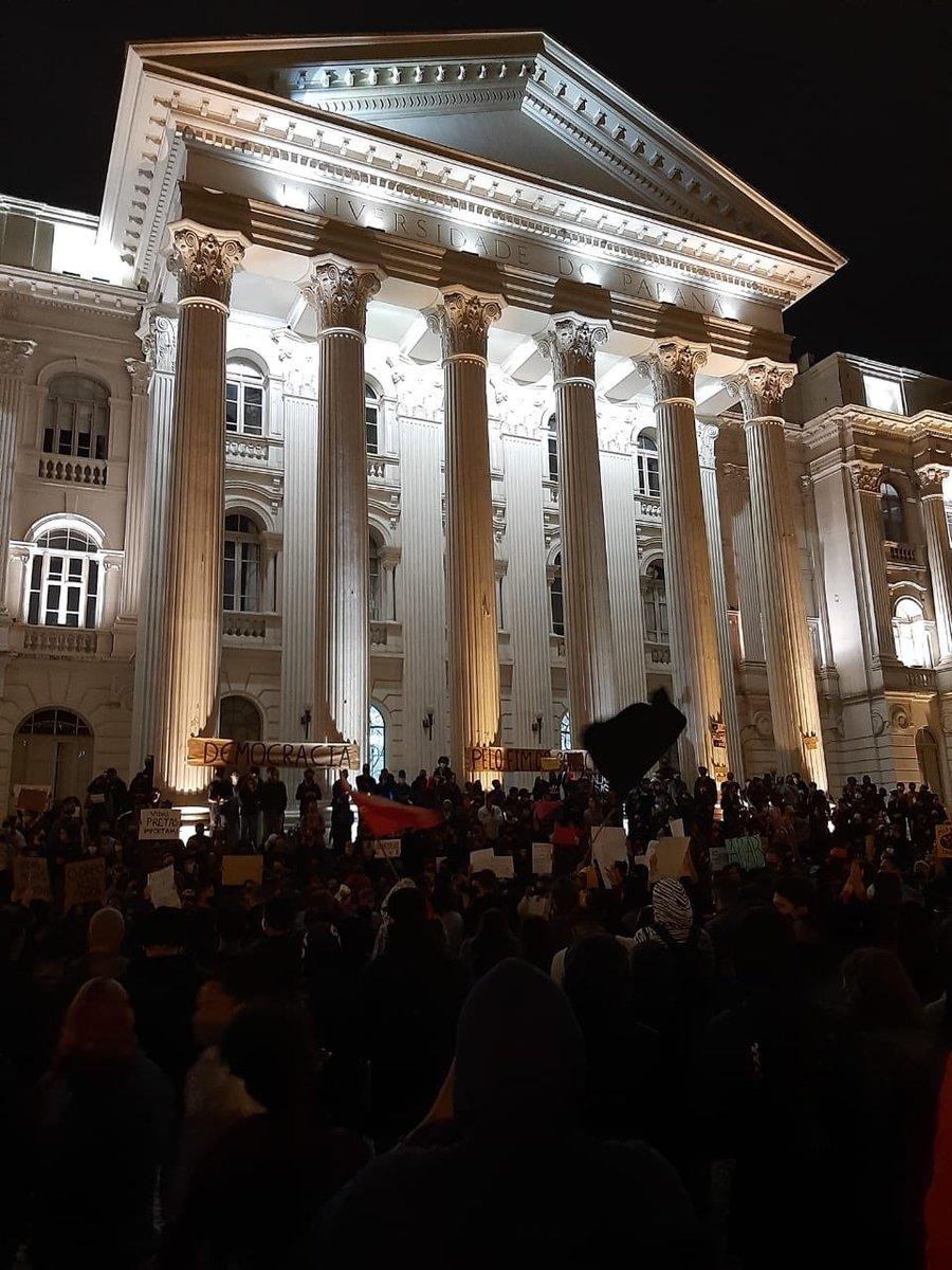 teve manifestação ANTIRRACISTA aqui em Curitiba ontem e estão espalhando fake news que foi uma manifestação facista e terrorista   estão falando que foi uma manifestação comunista também  teve perseguição da polícia  ELES NÃO PODEM NOS CALAR ASSIM  #VidasNegrasImportam https://t.co/5GbfHsbdKv