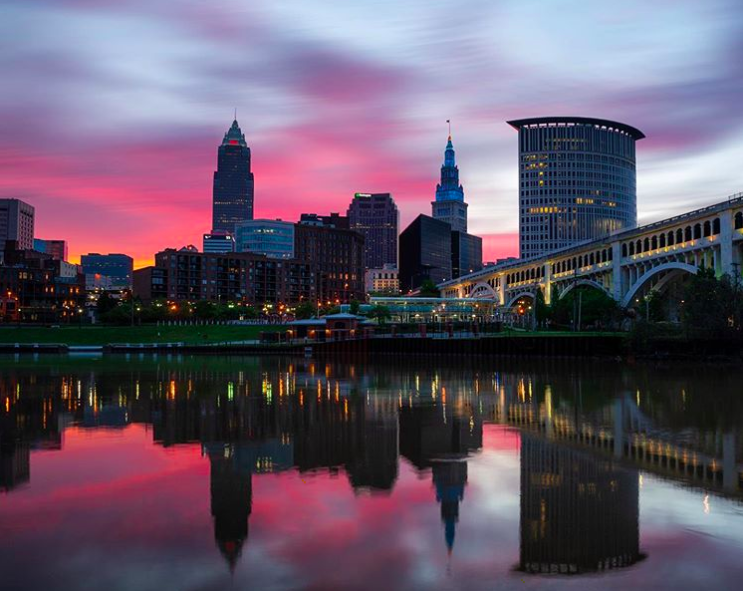 SO BEAUTIFUL! We had to share this stunning Cleveland sunrise with you. 💜☀️  Photo: gmp_creative https://t.co/miuXIoZlNH