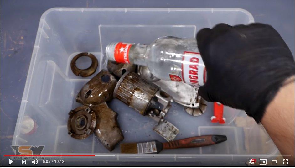 ソ連製の古いドリル修理する動画見てたらウォッカぶっかけはじめて大笑いしてる